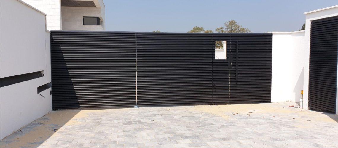 תכנון שער חניה מאלומיניום בצבע שחור
