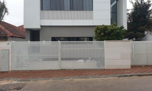 גדר מאלומיניום צבע לבן דגם הייטק